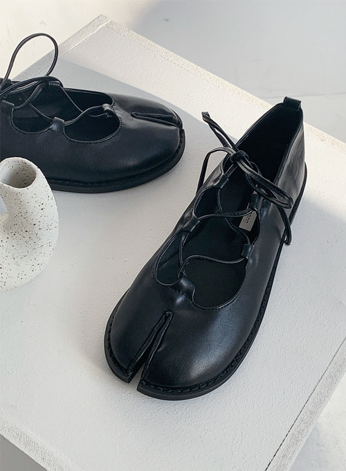 tabi string shoes